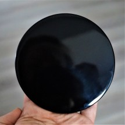 Obsidian - magické zrcadlo z přírodního obsidiánu. Najdete u nás i přívěsky či surové kusy.
